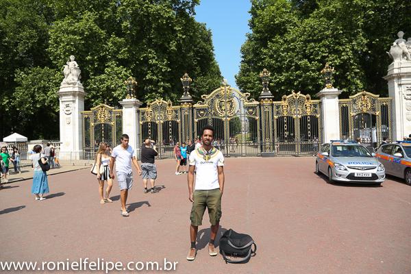 Beto Jamaica pagando de gatão próximo ao Palácio de Buckingham