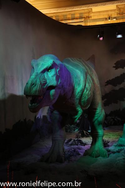 O dinossauro se mexe, faz barulho e ainda canta punk rock (essa última parte é mentira)
