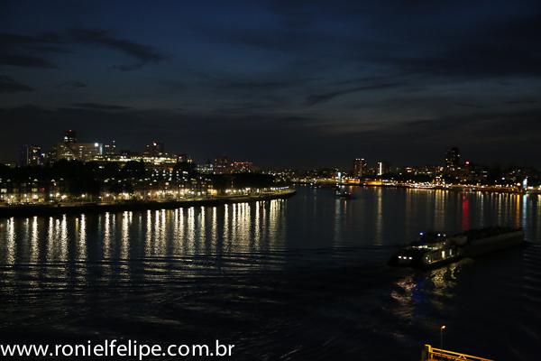 Barcos, luzes e o dia virando noite