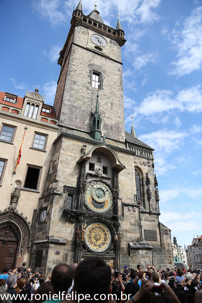 O Orloj e a turistada esperando a oitava maravilha da humanidade